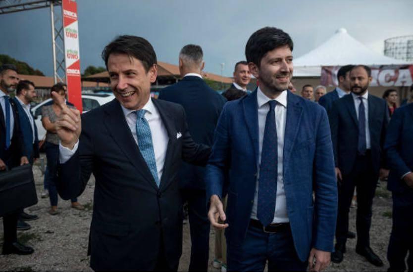 Il premier Giuseppe Conte con il ministro della Salute Roberto Speranza (Getty Images)