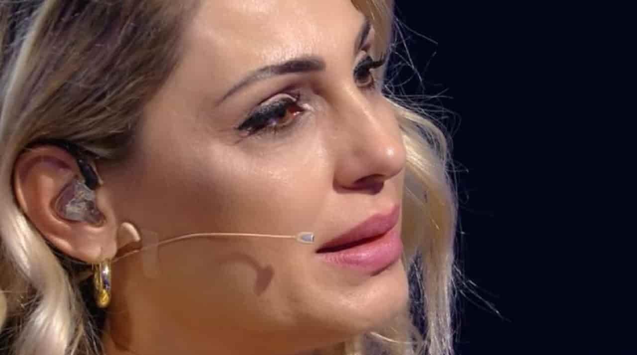 anna-tatangelo-piange.