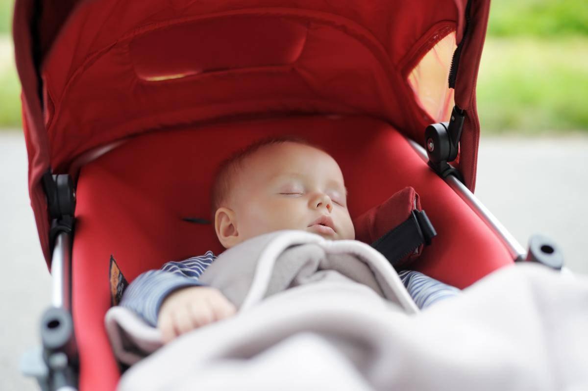 bimbo nove mesi muore incastrato nella cinghia del passeggino
