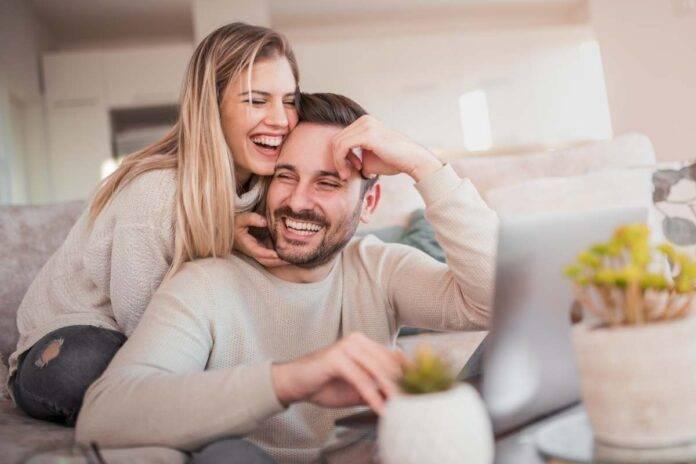 coppia felice a casa