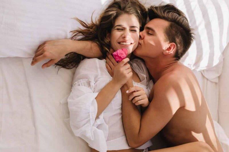 coppia innamorata nel letto