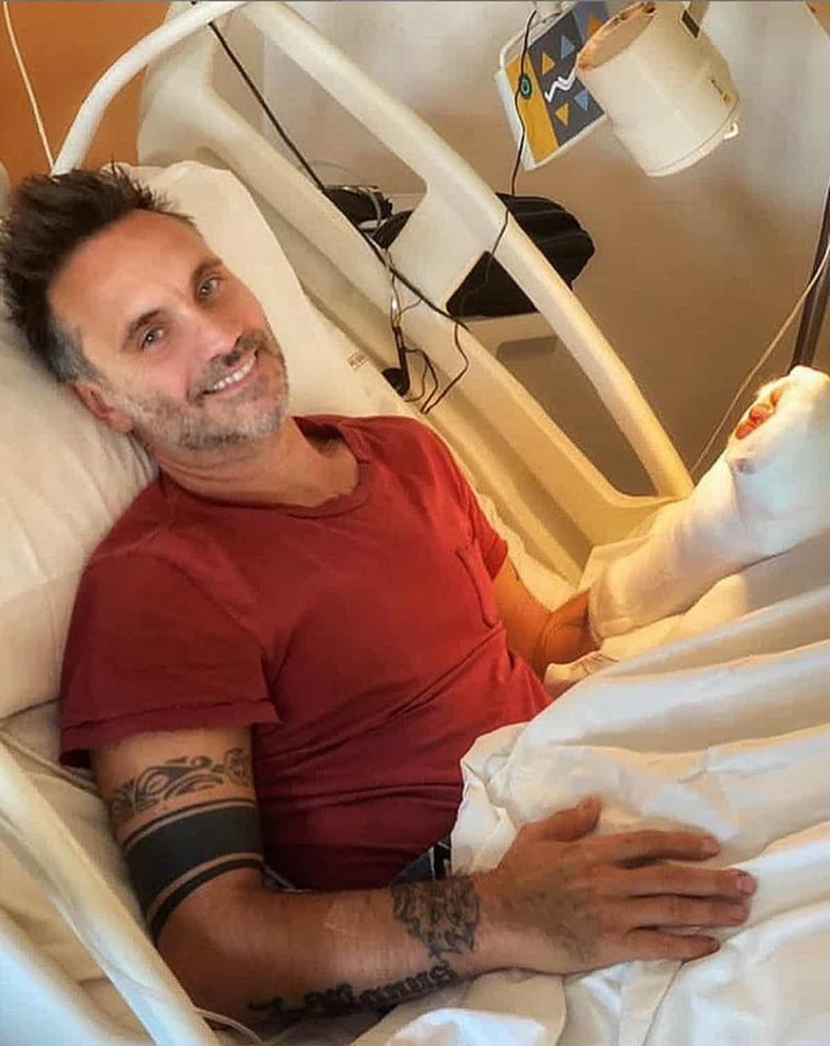 Nek in ospedale: operato dopo un brutto incidente domestico, come sta