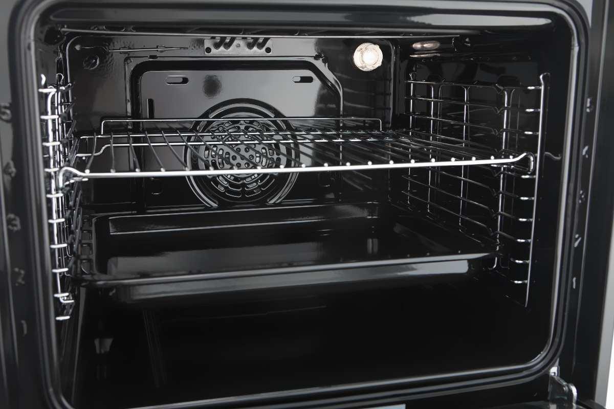 Pulisci perfettamente le griglie del forno: il trucco