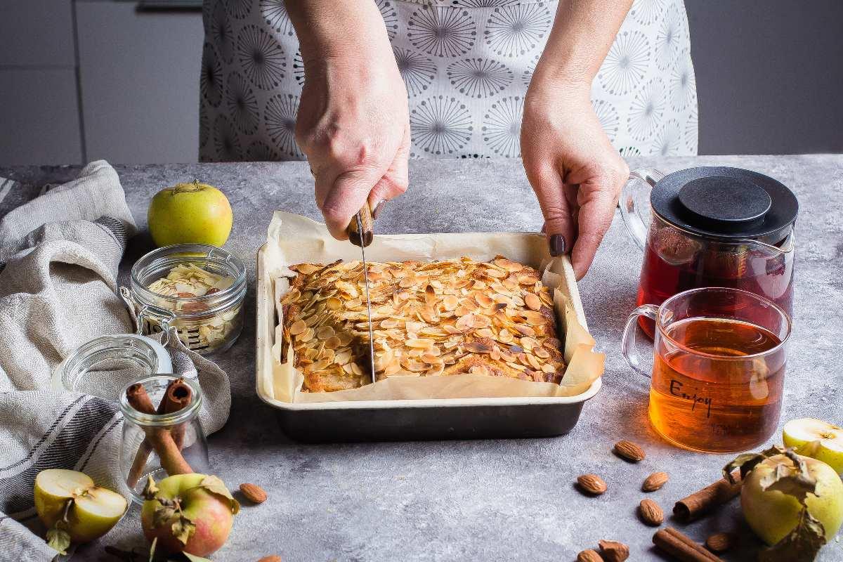 Torta di mele in teglia: versa tutto ed è pronta, solo 120 cal!