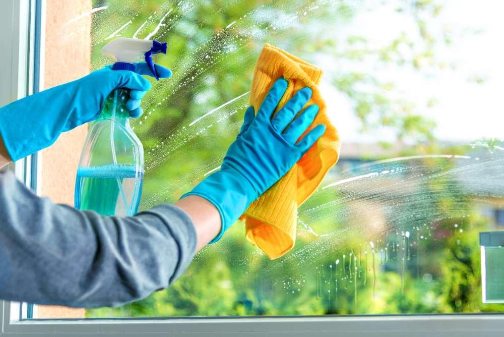 Per pulire i vetri senza lasciare aloni devi usare questo trucco