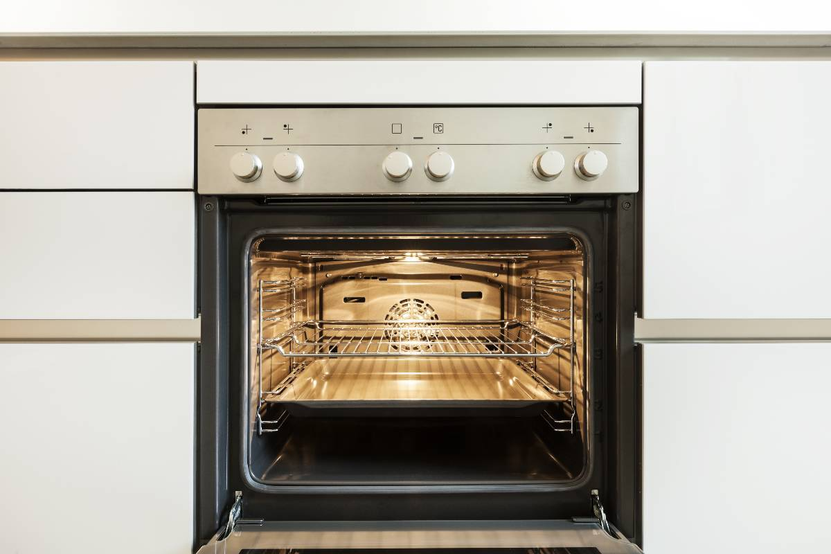 Griglie del forno brillanti con questo trucco