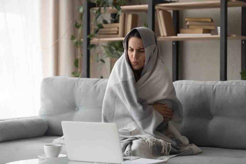 freddo donna sotto la coperta