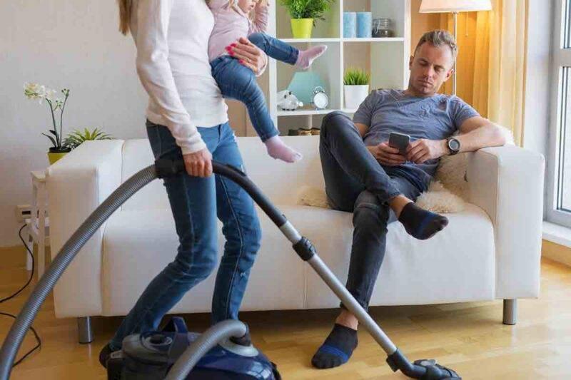 coppia faccende domestiche