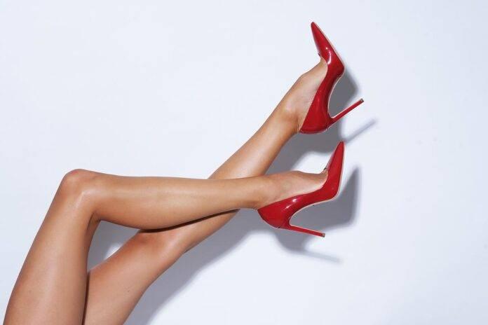 donna che indossa tacchi alti