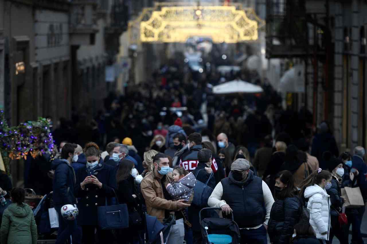 Covid, l'Italia vira in 'rosso', al via la stretta di Natale