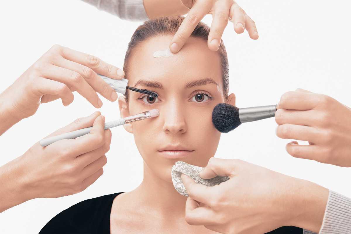 donna e prodotti di makeup