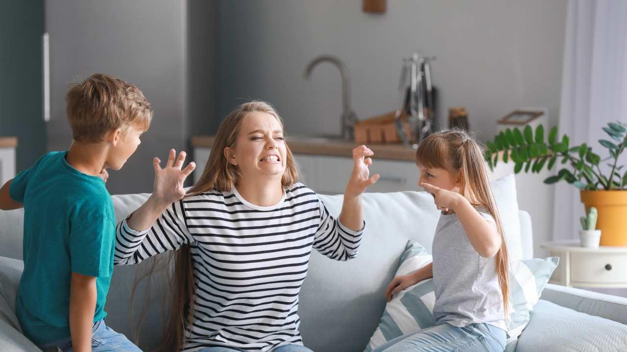 bambini si comportano male con mamma
