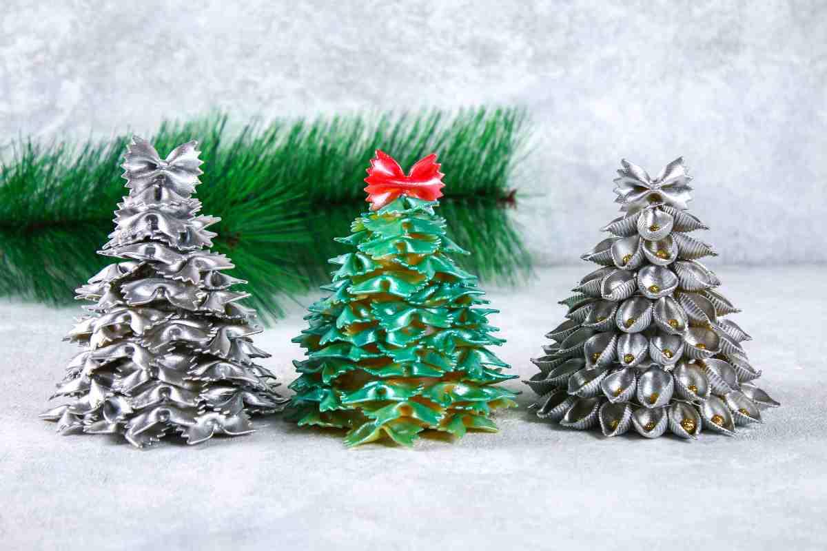 alberi di natale realizzati con la pasta