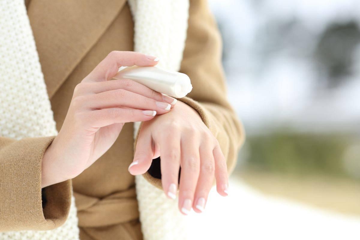donna che applica una crema sulle mani