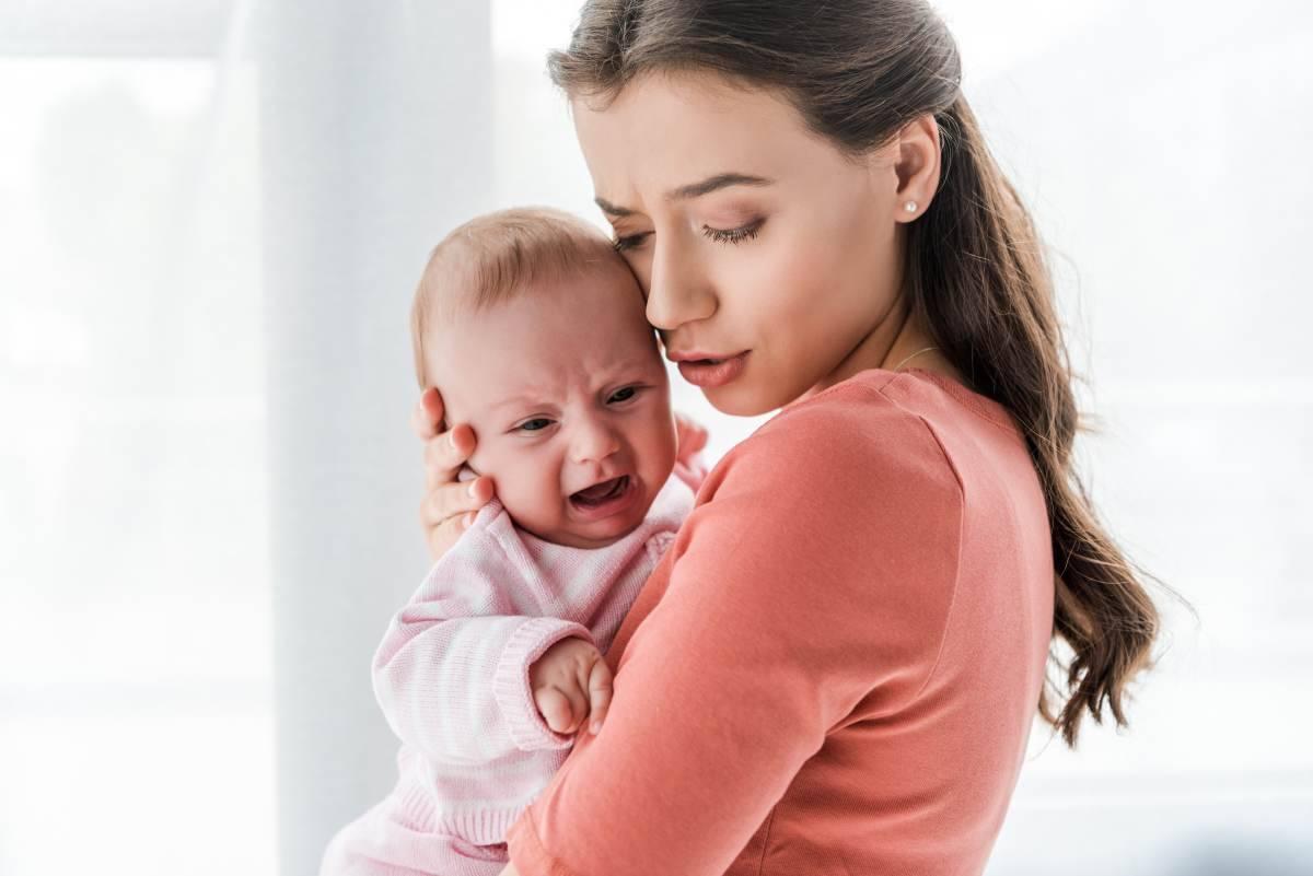 Neonato piange in braccio a mamma