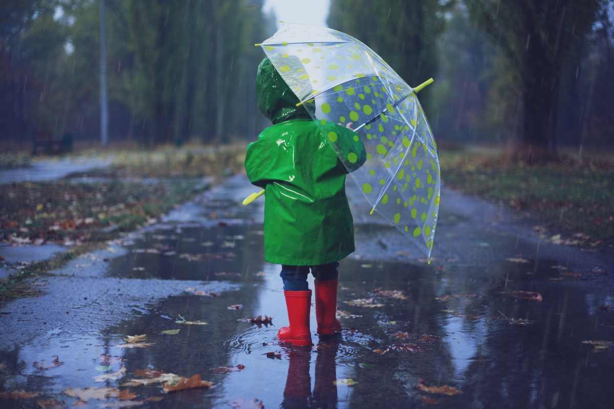 Bambino sotto la pioggia