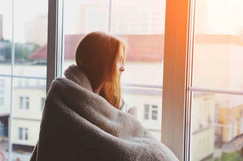 donna avvolta nella coperta