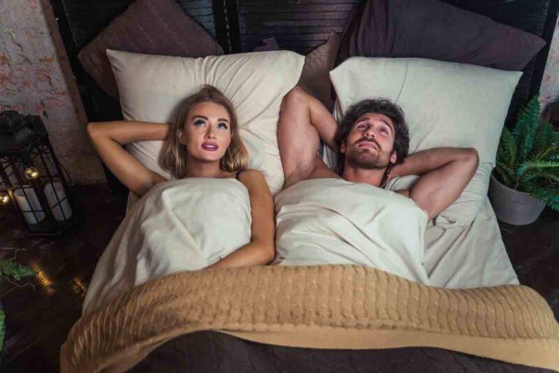 coppia silenziosa a letto
