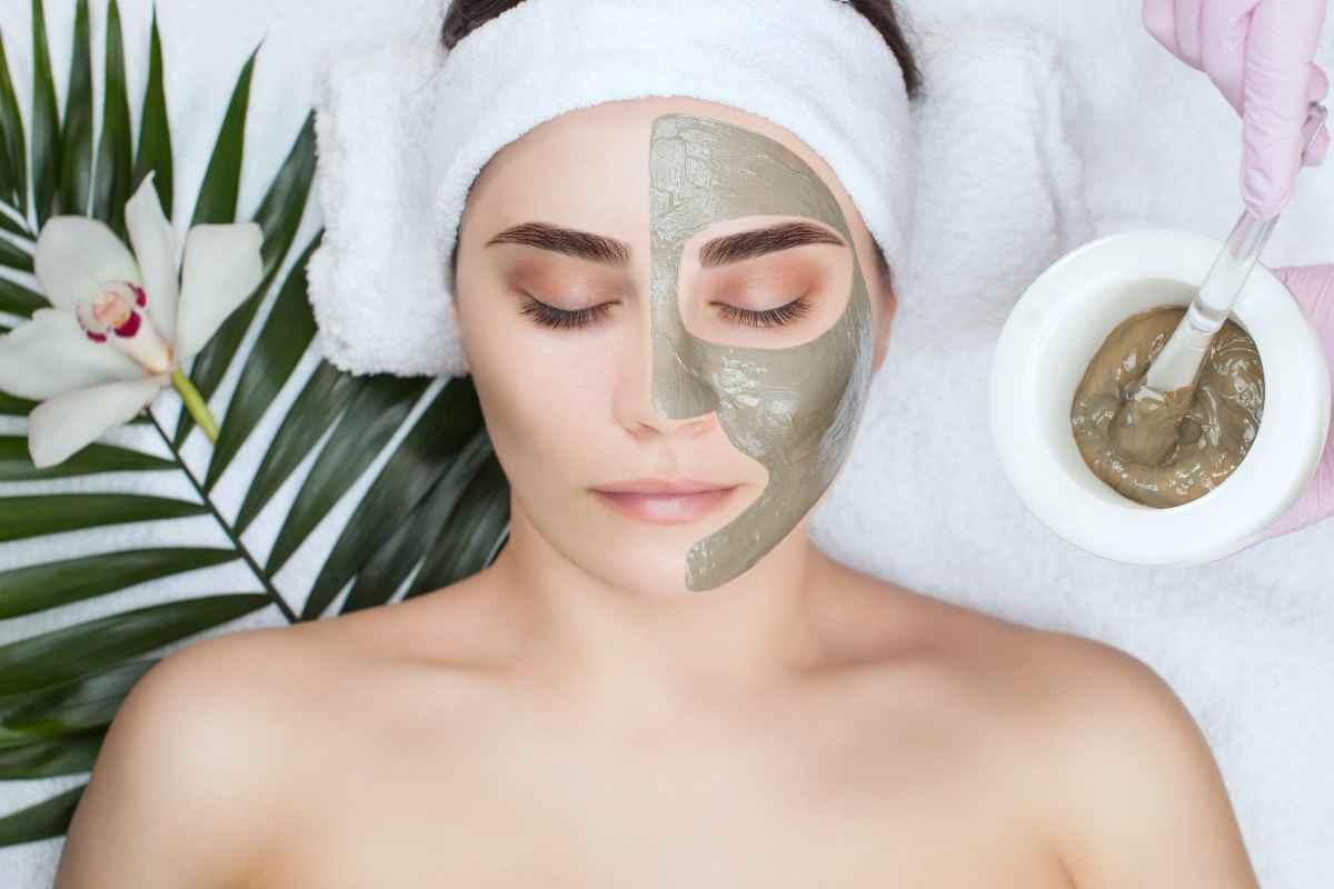 donna con maschera di bellezza in viso