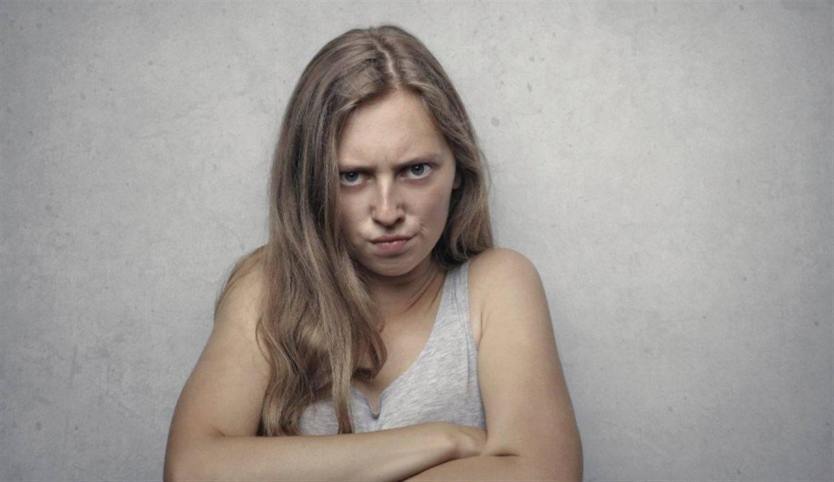 ragazza arrabbiata triste