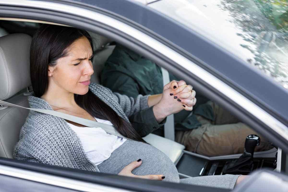 Donna incinta in macchina