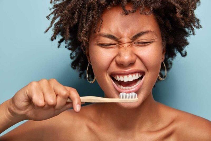 donna che si lava i denti