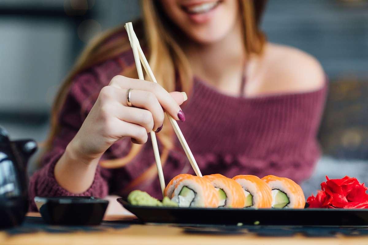 donna con sushi