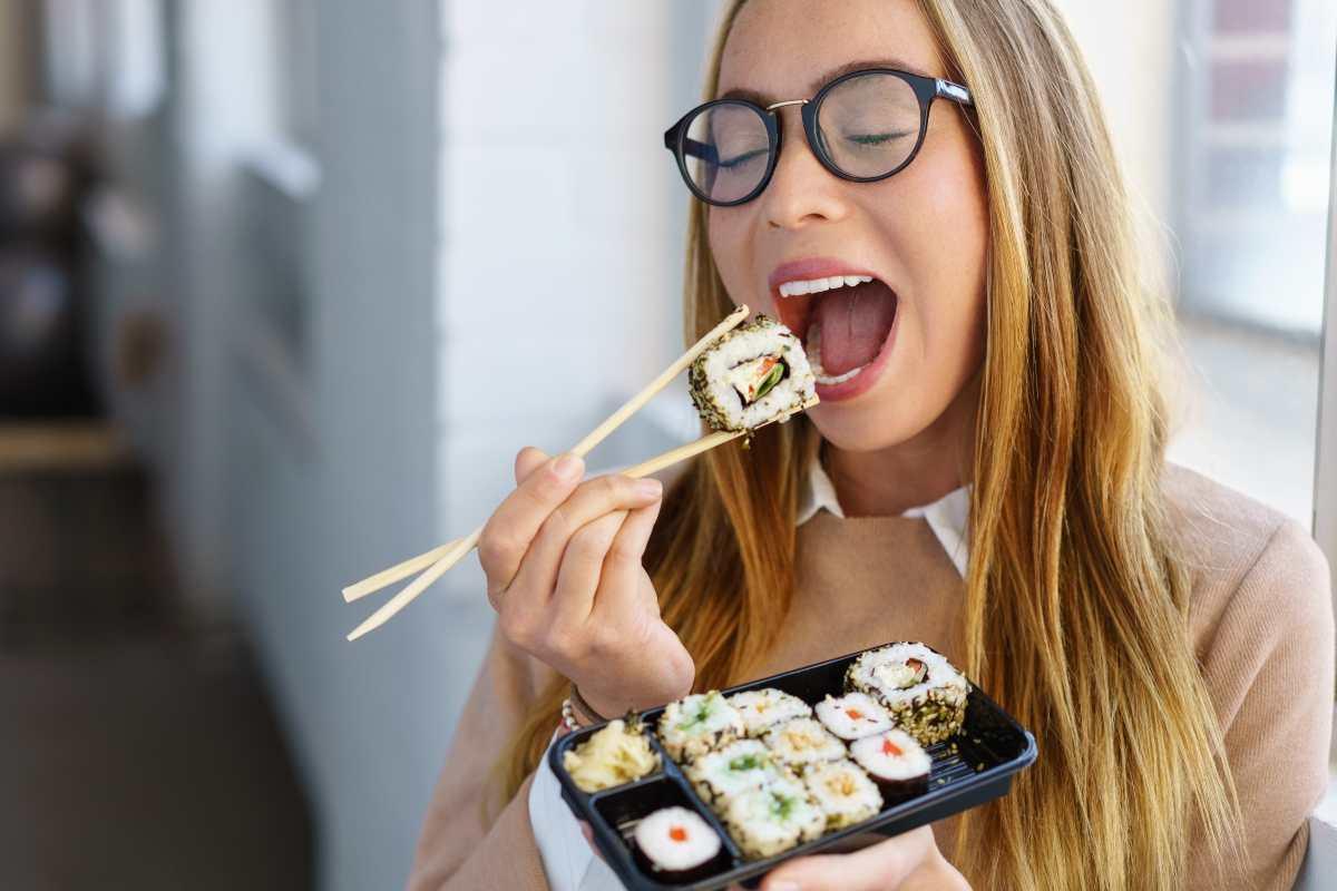 donna mangia sushi