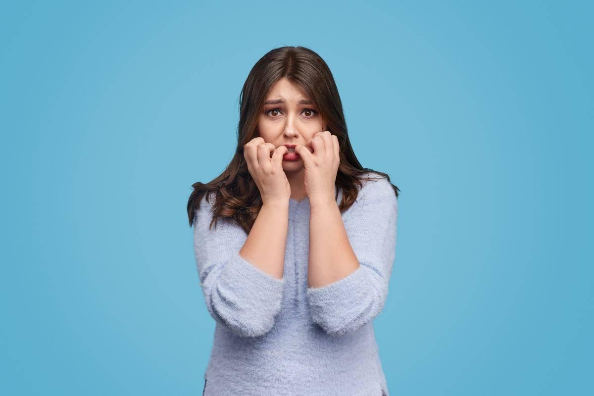 donna con mani in bocca