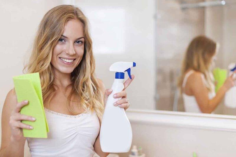 donna che pulisce il bagno