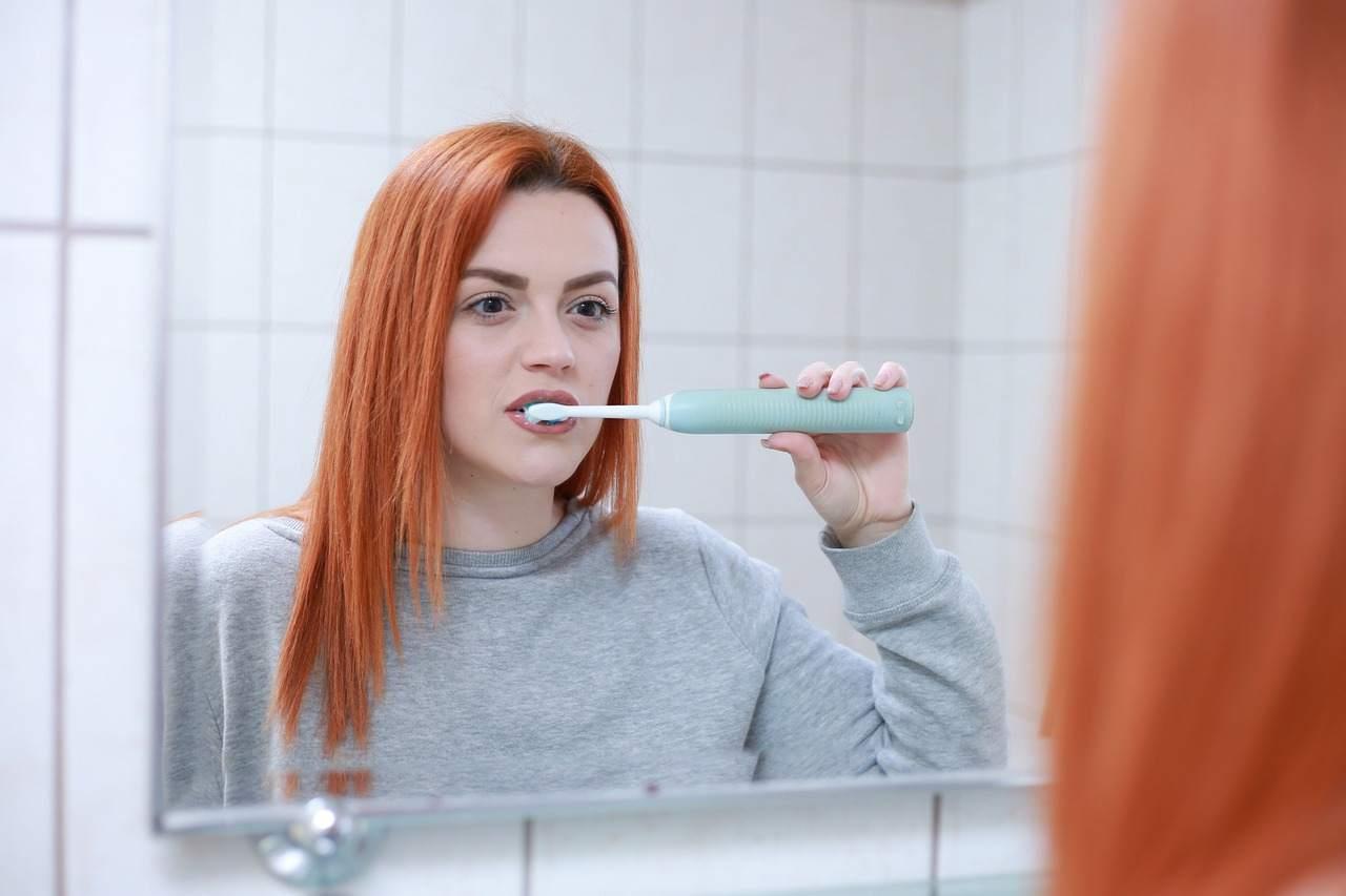 ragazza che lava i denti