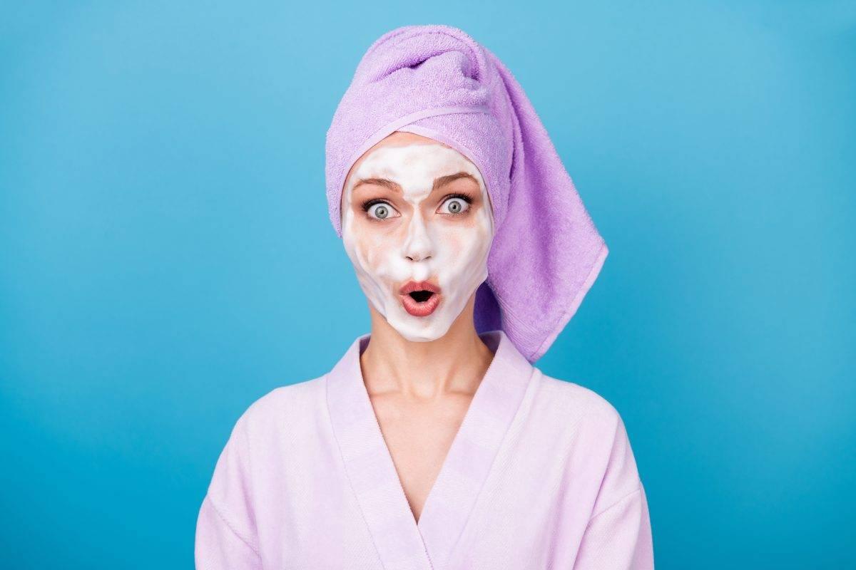 donna con maschera anti brufoli