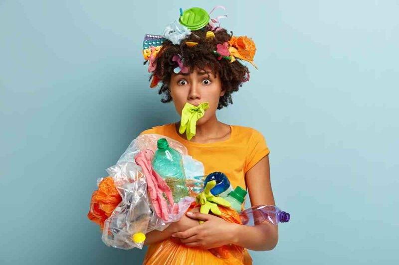 donna con rifiuti
