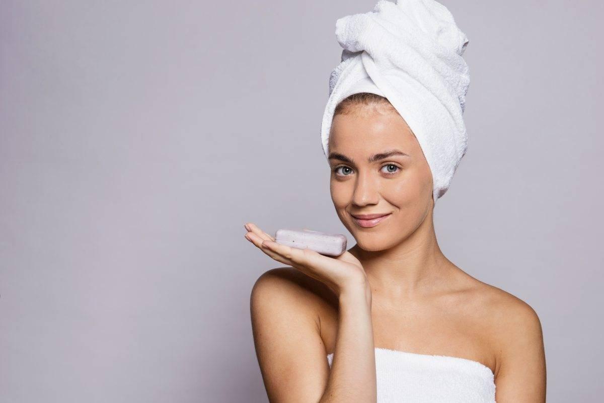 donna con sapone per la pelle
