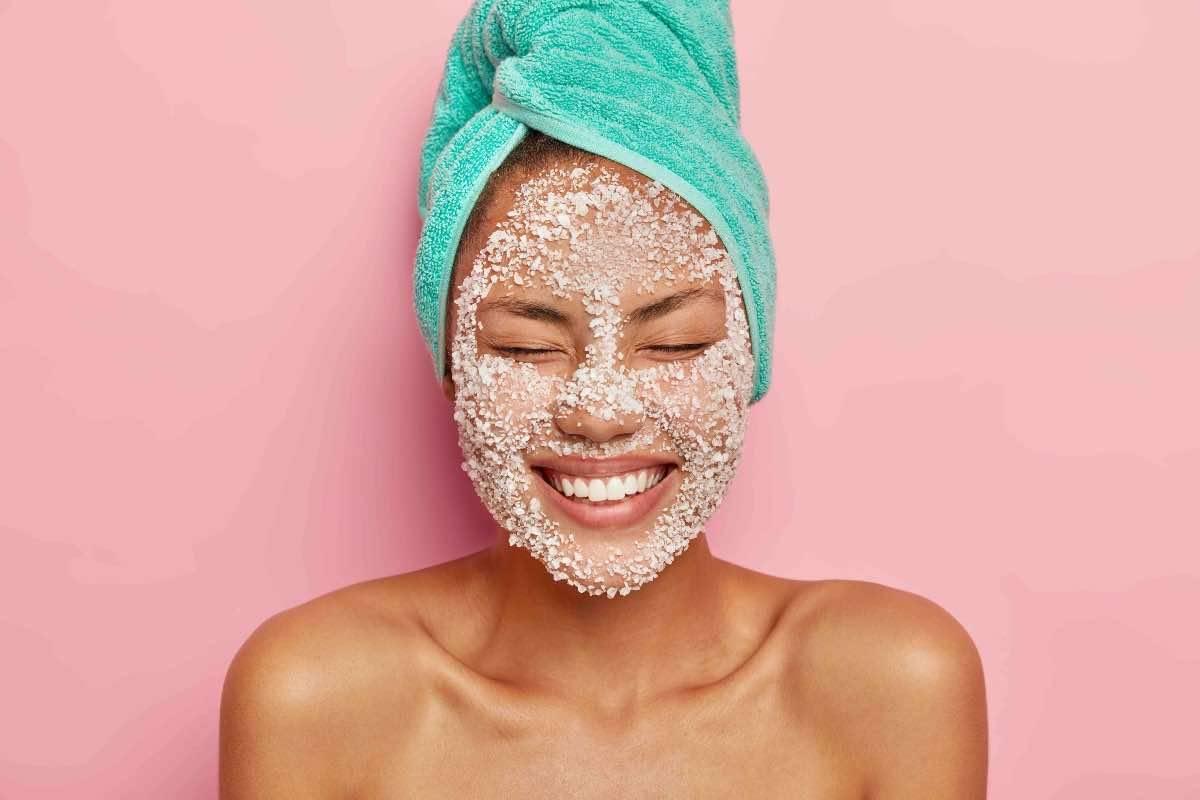 donna con scrub sulla pelle