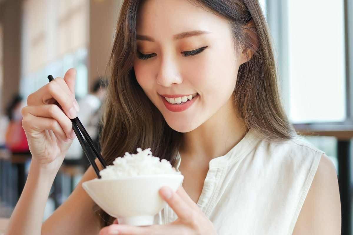 donna che mangia riso