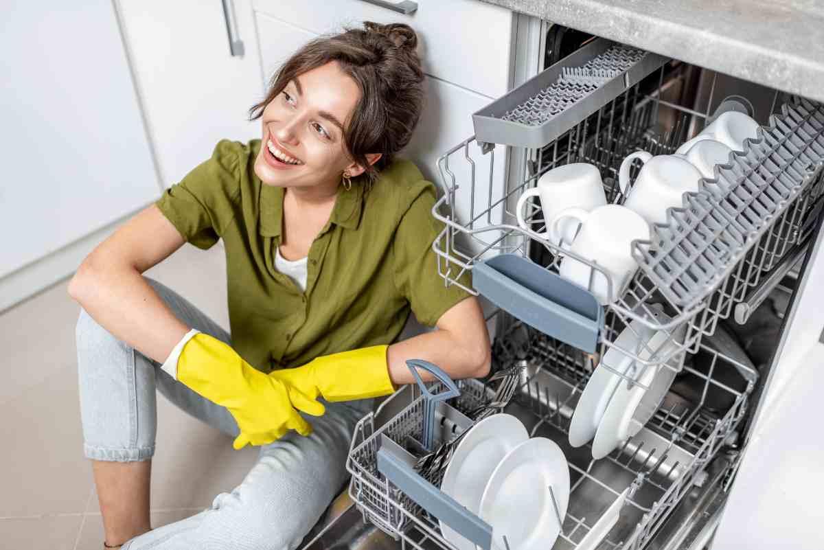 donna davanti alla lavastoviglie