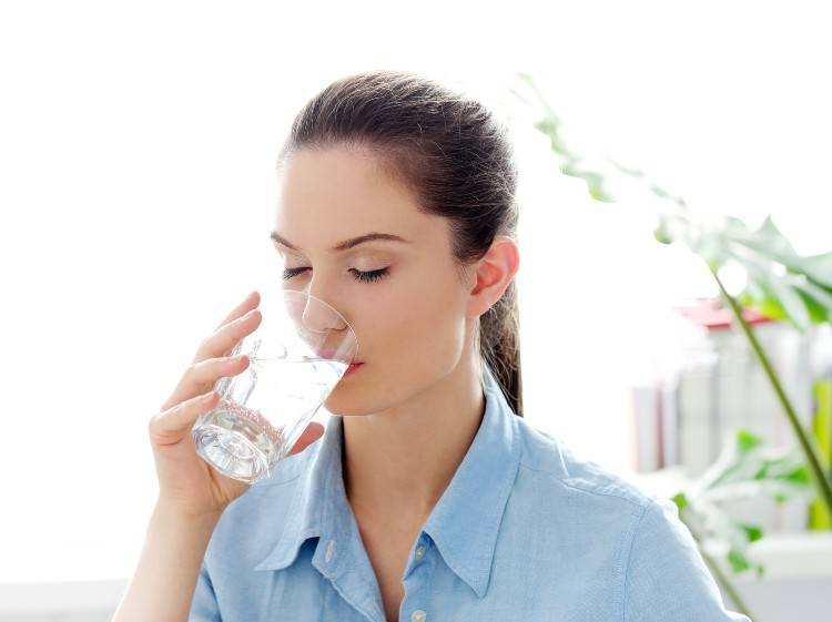 donna beve acqua