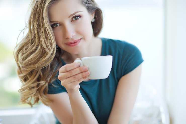 donna con tazza