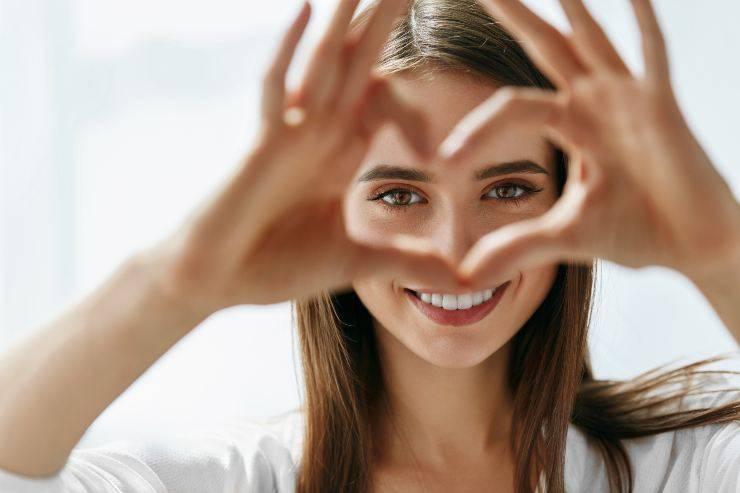 donna cuore mani