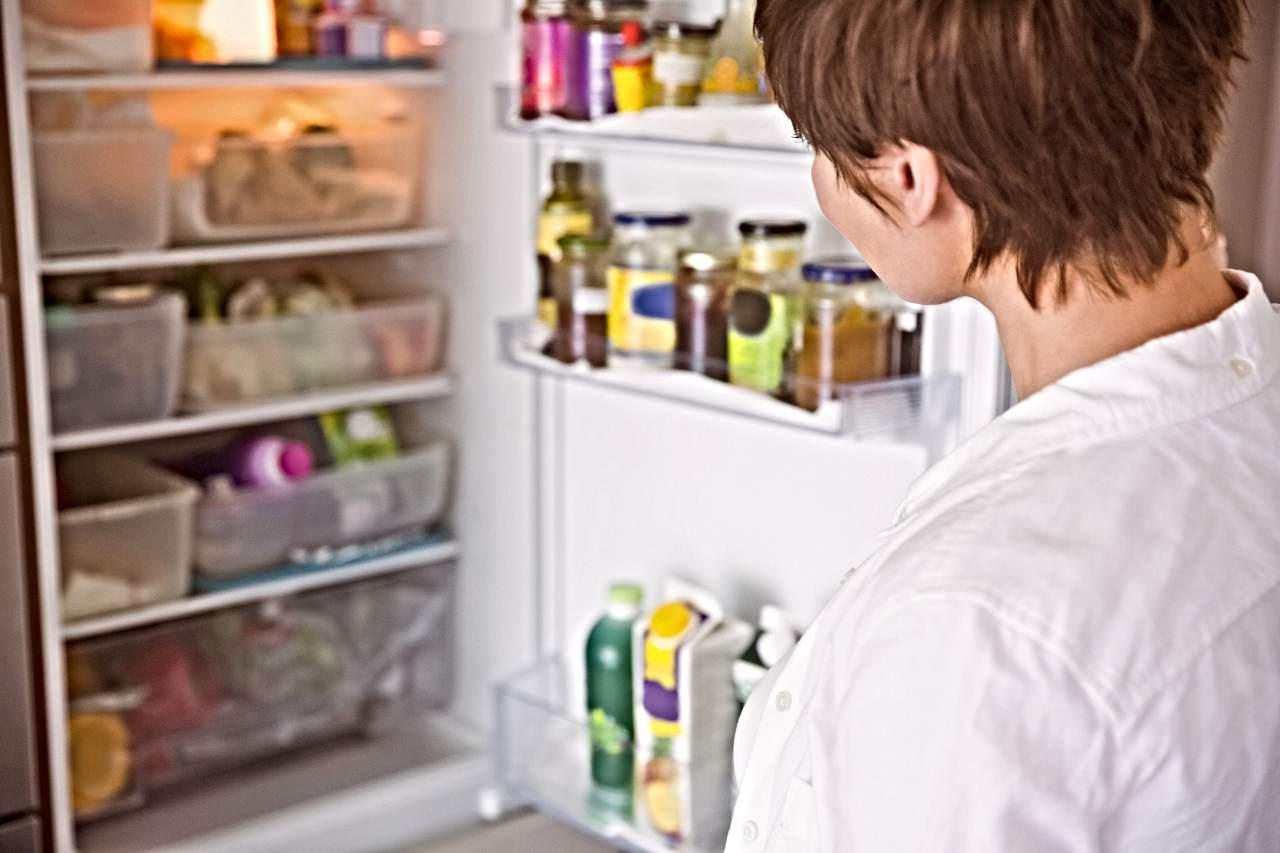 donna davanti al frigo