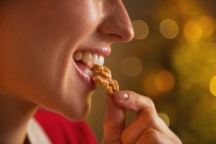 donna mangia noce