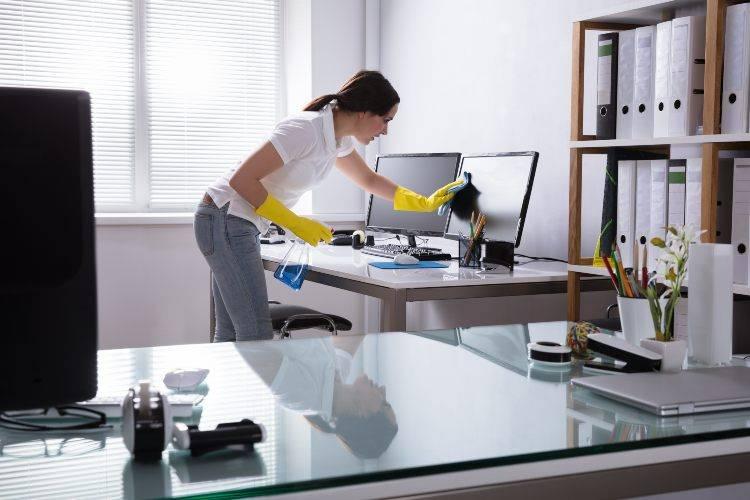 donna pulisce ufficio
