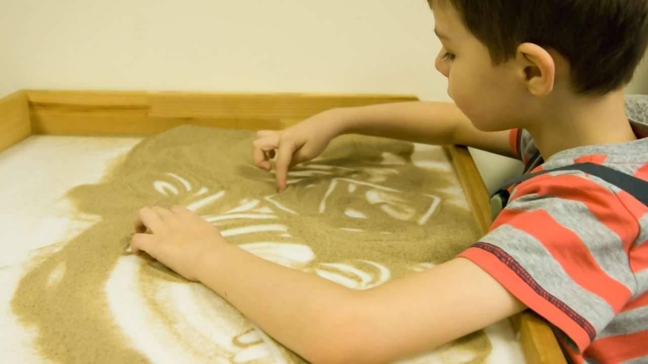 bambini giocare sabbia