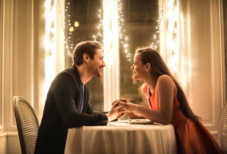 coppia cena romantica