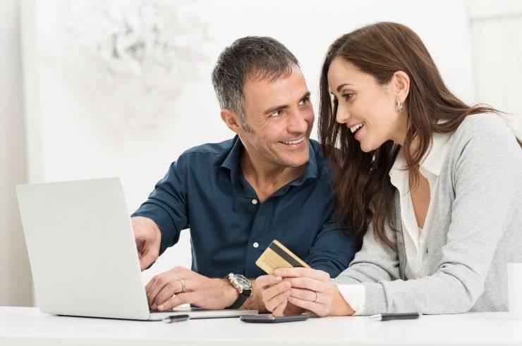 coppia che fa shopping online