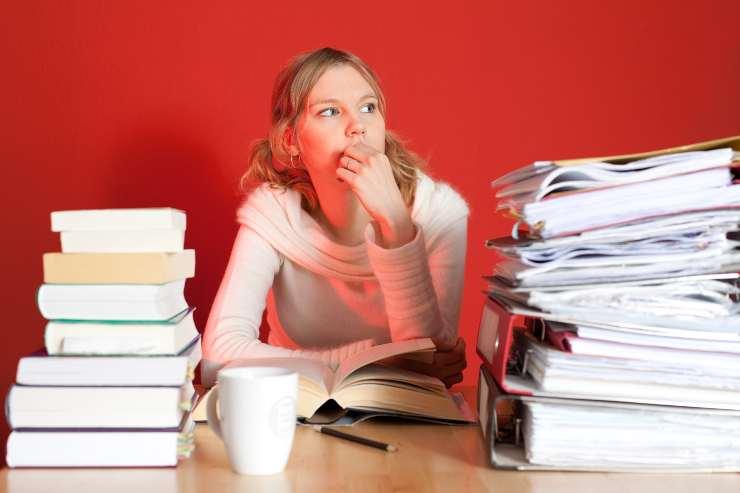 donna che studia
