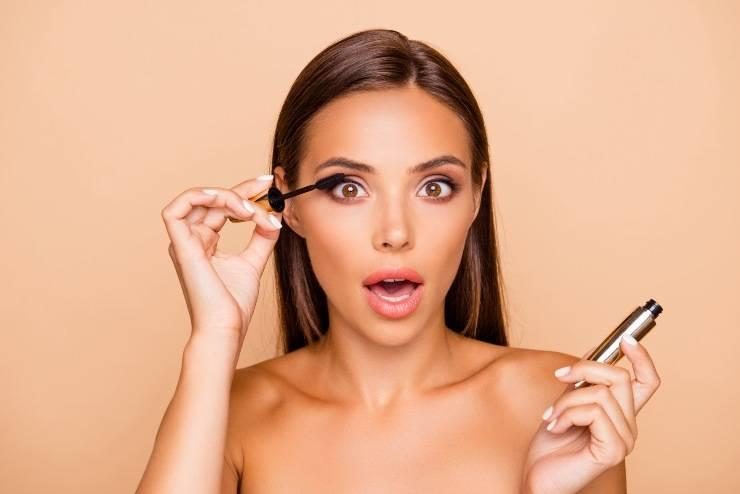 donna che applica il mascara