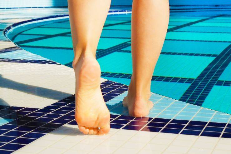 piedi nudi piscina