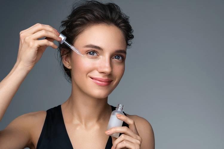 donna che applica siero viso